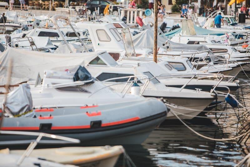 łodzie w miasta schronieniu zamkniętym w górę fotografia royalty free