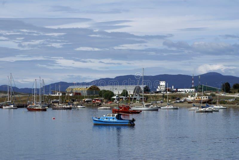 Łodzie w Ushuaia Ukrywają z lotniskiem w tle zdjęcia royalty free