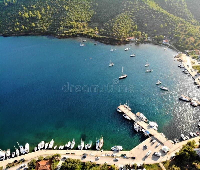 Łodzie w zatoce, Porto Koufo, Grecja, Khalkidiki, morze egejskie obraz stock