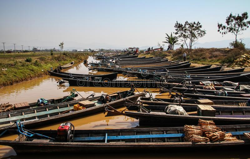 Łodzie wykłada up na brzeg Inle jezioro przy Nampan rynkiem, Inle jezioro, shanu stan, Myanmar zdjęcia stock