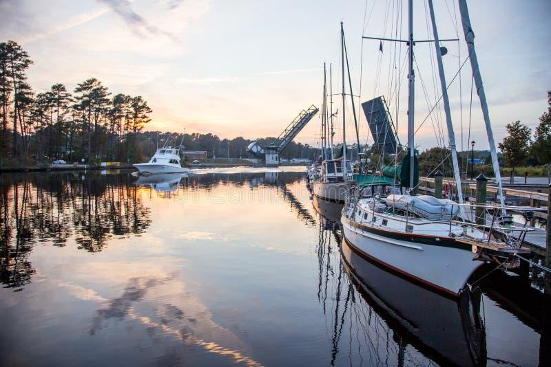Łodzie wzdłuż Intracoastal drogi wodnej w Chesapeake, Viriginia obrazy royalty free