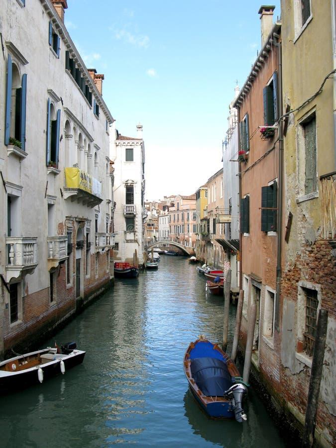 Łodzie wzdłuż kanału w Wenecja, Włochy fotografia stock