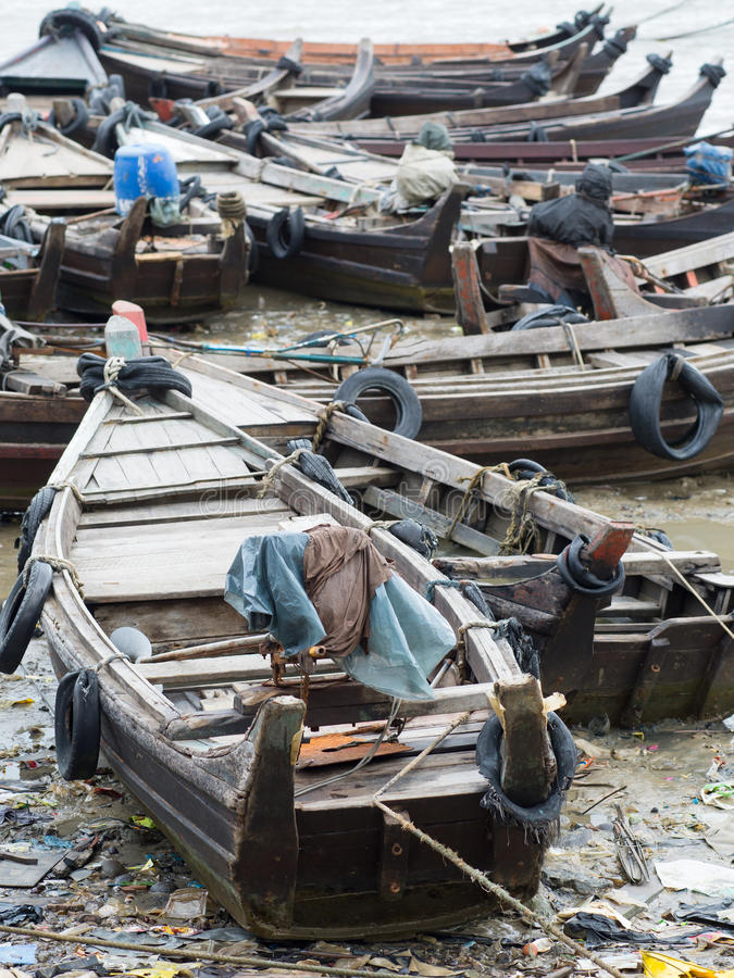 Łodzie wzdłuż zanieczyszczającego nadmorski w Myanmar obrazy royalty free