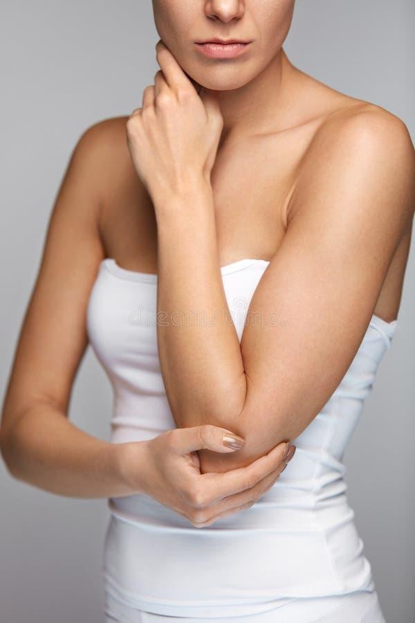Łokcia ból Zbliżenia Piękny Żeński ciało Z bólem W rękach zdjęcia stock