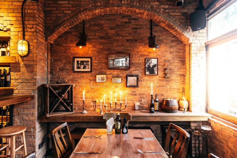 Łomotać stołowy Włoska restauracja dekorująca z cegły i fotografii ramami w ciepłym świetle który tworzył wygodną atmosferę fotografia royalty free