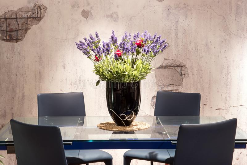 Łomotać stołowy z kwiecistym centerpiece obraz stock