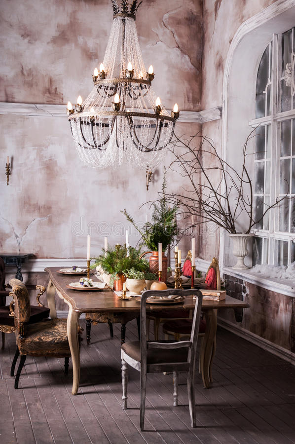 Łomotający stołowego dekorującego dla Bożenarodzeniowego i wiecznozielonego centerpiece fotografia stock