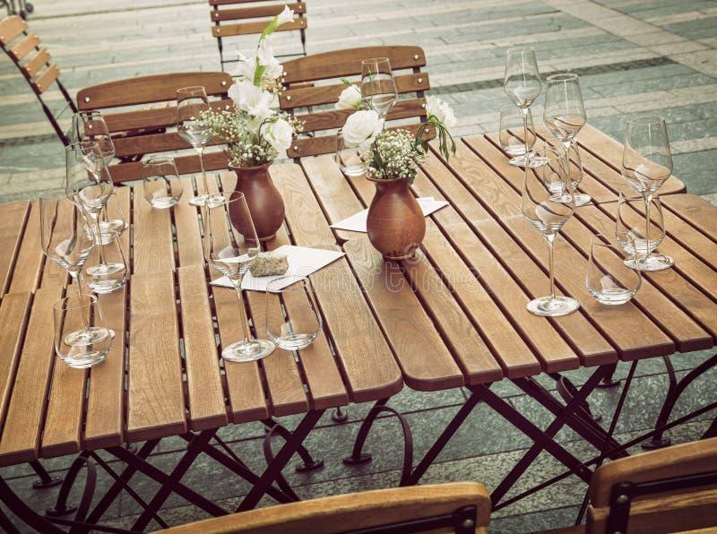 Łomotający w restauraci, stołowi sposoby obrazy stock