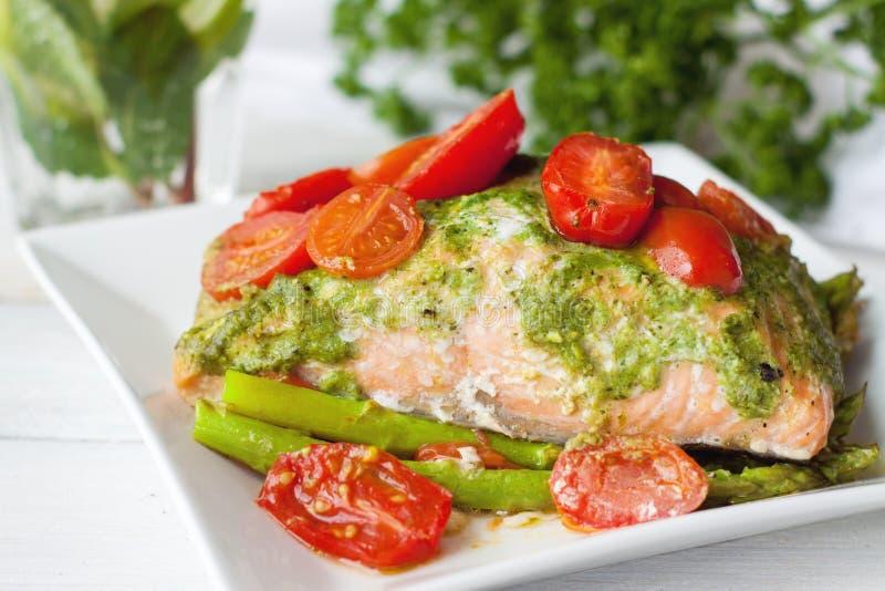 Łosoś piec w folii z pesto, pomidory, asparagus zdjęcia stock