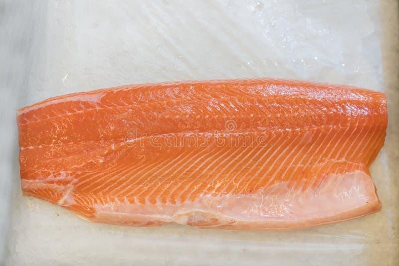 Łosoś Polędwicowy w lodzie na supermarketa kontuarze Przepasuje czerwieni ryba w lodzie w supermarkecie Morski zdrowy jedzenie fotografia royalty free