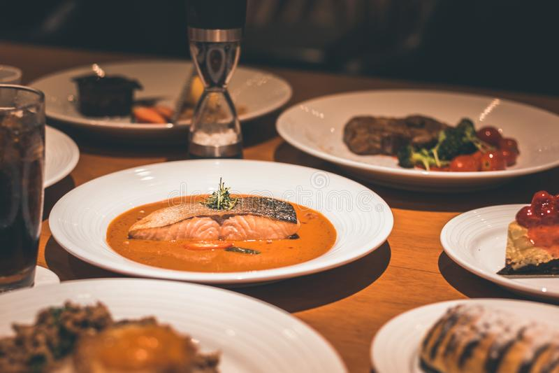 Łosoś ryba z currym w naczyniu na stołowym gościu restauracji fotografia stock