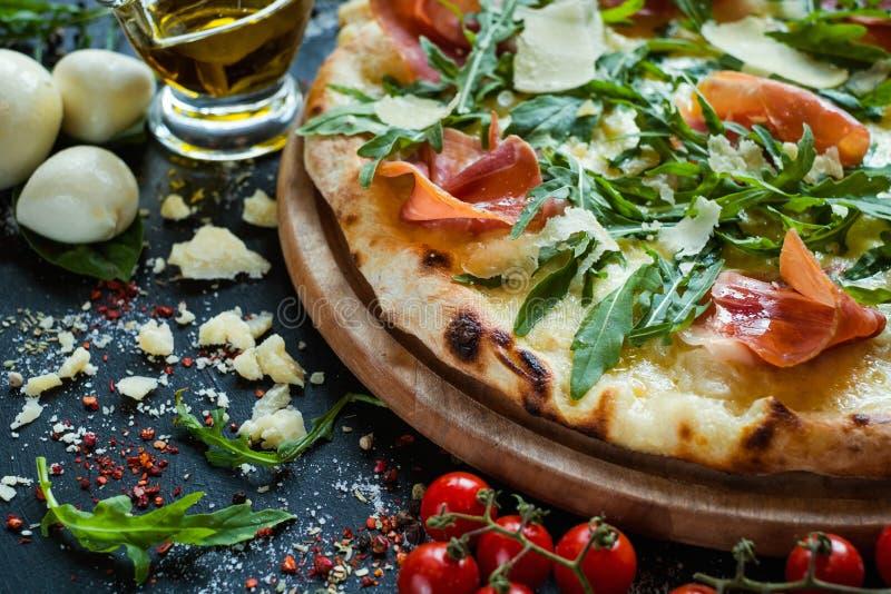 Łososia i arugula pizzy waga lekkiej posiłek zdjęcie royalty free
