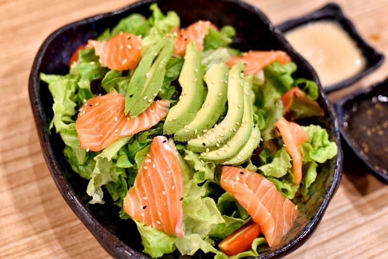 Łososia i avocado sałatka z świeżym organicznie zielonym sałaty warzywem fotografia stock