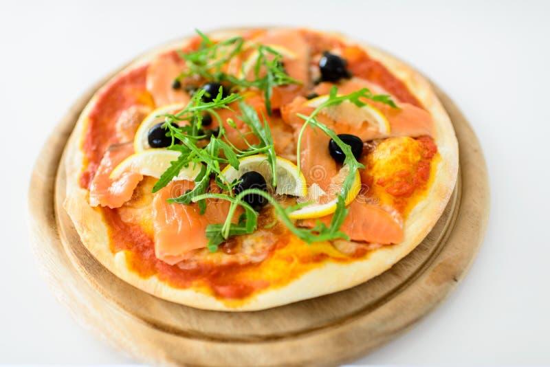 Łososiowa plasterek pizza zdjęcia royalty free