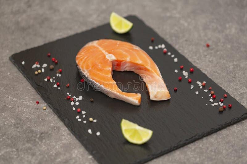 Łososiowego stku surowa ryba przygotowywał dla gotować z wapnem i pikantność Odgórny widok obrazy royalty free