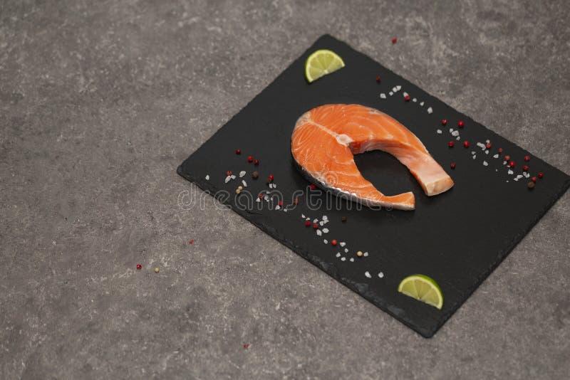 Łososiowego stku surowa ryba przygotowywał dla gotować z wapnem i pikantność Odgórny widok fotografia stock