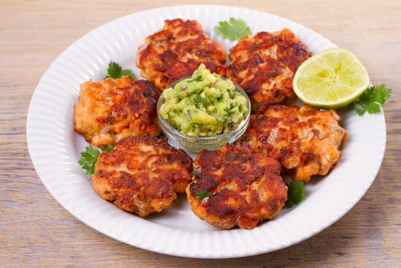 Łososiowi paszteciki, torty, wapno lub avocado na bielu talerzu, Fritters ryba Łososiowi hamburgery zdjęcie stock