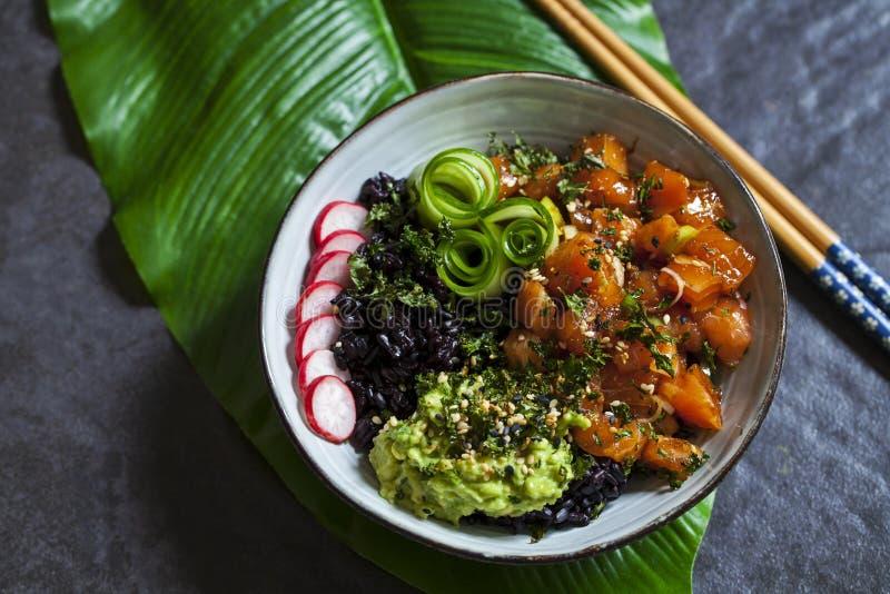 Łososiowy potrącenia naczynie z czarnymi ryż obraz stock