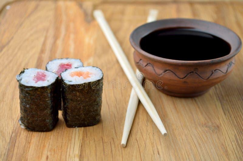 Łososiowy rollsi, chopsticks i soja kumberland, zdjęcie stock
