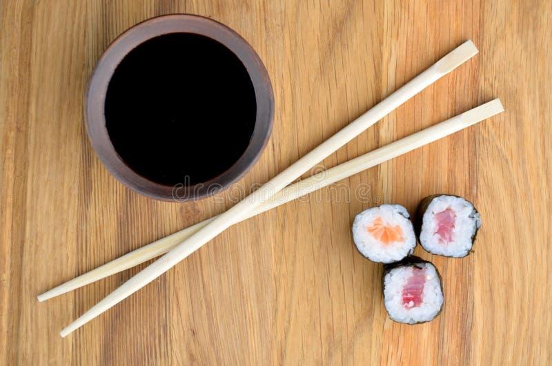 Łososiowy rollsi, chopsticks i soja kumberland, obrazy stock