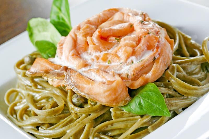 łososiowy spaghetti obrazy stock
