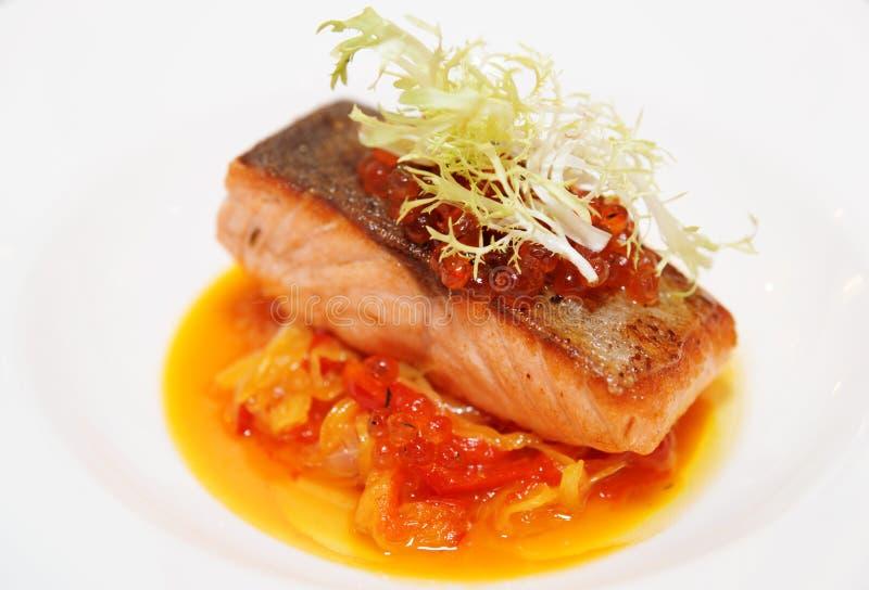 Łososiowy stek z roe i warzywa gulaszem, zakończenie obrazy royalty free