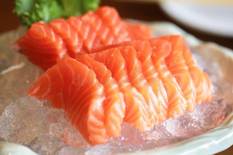 Łososiowy surowy sashimi na lodowym Japońskim tradycyjnym naczyniu na drewnianym ta zdjęcia royalty free