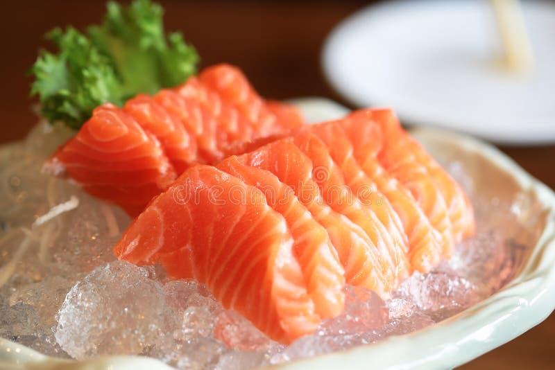 Łososiowy surowy sashimi na lodowym Japońskim tradycyjnym naczyniu na drewnianym ta zdjęcie stock