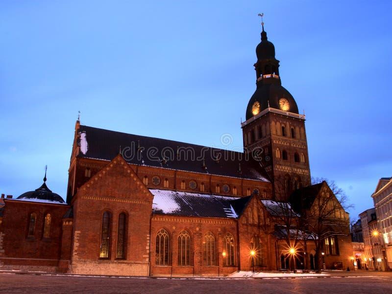 łotwa Riga Widok kopuła kwadrata I kopuły katedra W wieczór iluminaci Pod niebieskim niebem Zima czas, pierwszy śnieg obraz stock