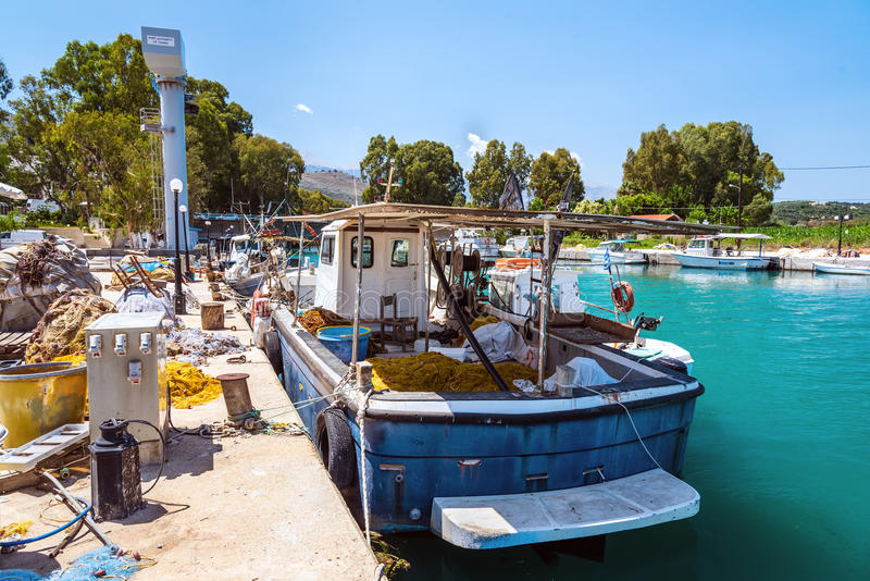 Łowiący statek parkującego przy przemysłowym portem Chania miasteczko na Crete wyspie fotografia stock