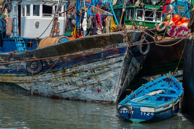 Łowić błękitne łodzie w Essaouira schronieniu z fishmens obrazy royalty free