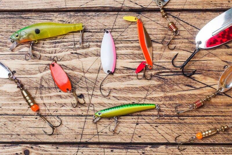 Łowić haczy i popasy w secie dla łapać różnej ryby na drewnianym tle z kopii przestrzenią Mieszkanie nieatutowy obraz stock