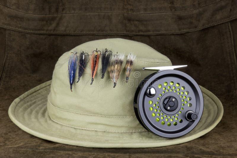 Łowić Lata na kapeluszu z komarnica połowu rolką na Plenerowym żakiecie zdjęcia stock
