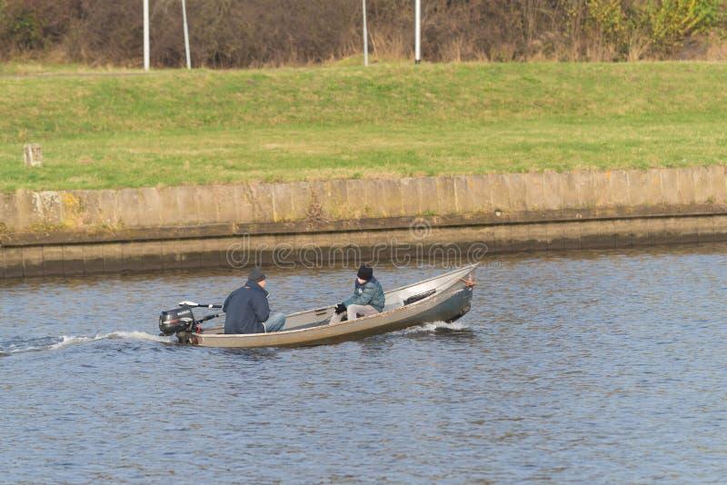 Łowić ludzi w małym motorboat zdjęcie stock