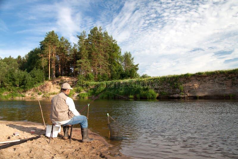 Łowić na rzece w wiejskim miejscu na letnim dniu fotografia royalty free