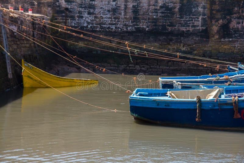 Łowić piękne błękitne łodzie, przekładnię i chwyta na tle Castelo real Mogador w Essaouira starym schronieniu, obrazy stock