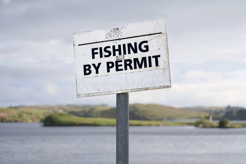 Łowić pozwolenie znakiem przy świeżej wody jeziorem fotografia stock
