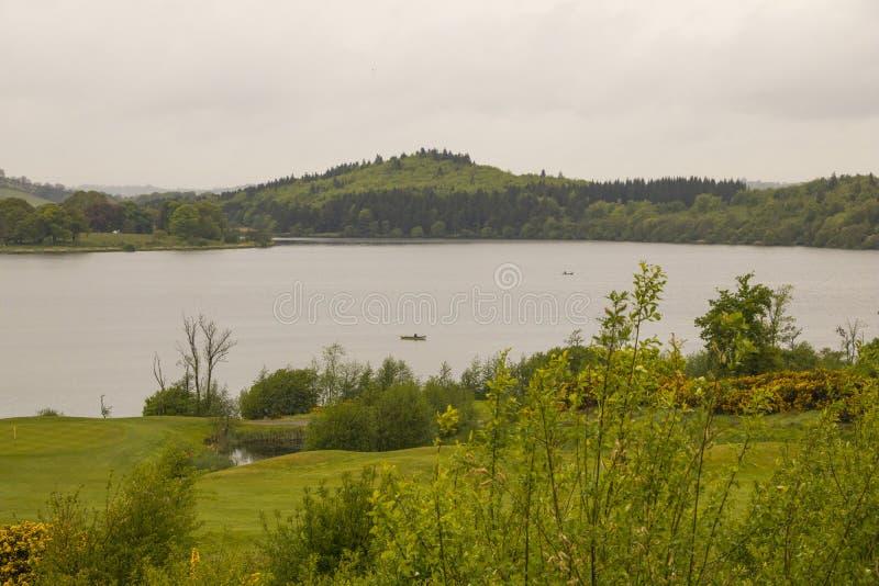 Łowić przy jeziorem od łodzi fotografia stock