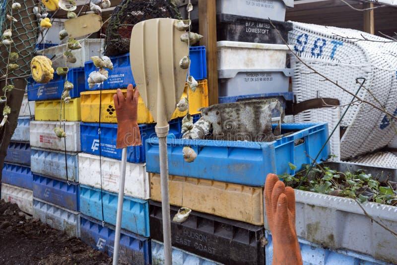 Łowić skrzynki, pociesza i inni morscy przedmioty przed starym prętowym Blaue Maus na Północnej Fryzyjskiej wyspie Amrum obrazy royalty free