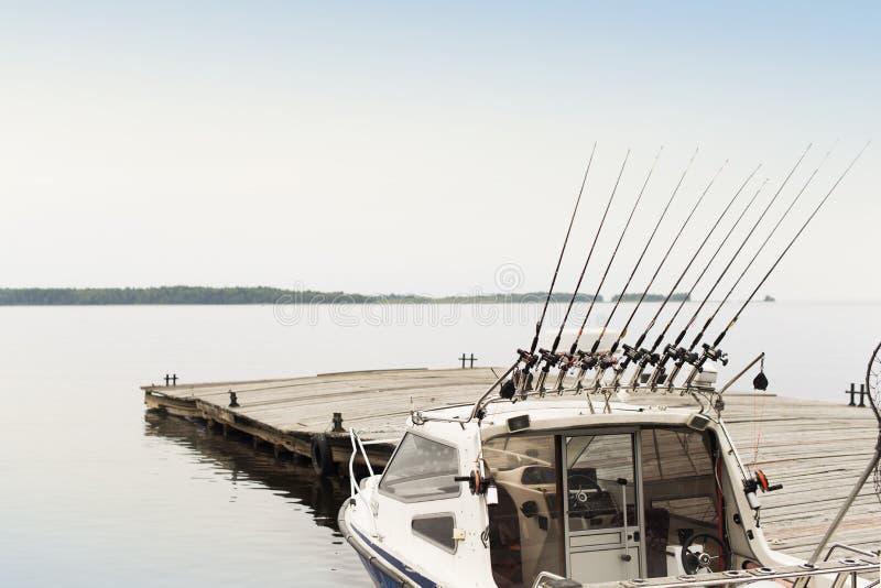 Łowić trolling łódź na lasowym jeziorze, natury urlopowy niezatamowany zdjęcia royalty free