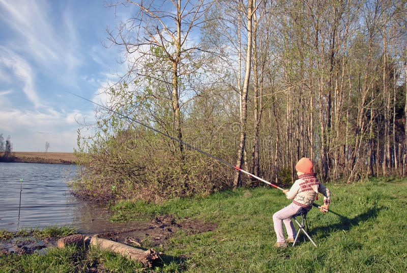 Łowić - uroczy dziewczyna połów na jeziorze obraz stock