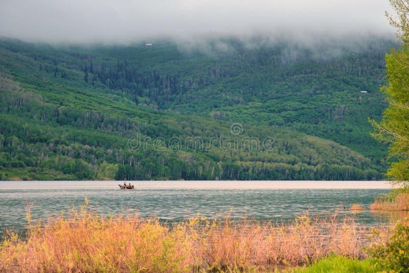 Łowić w Skalistej góry mgle fotografia stock