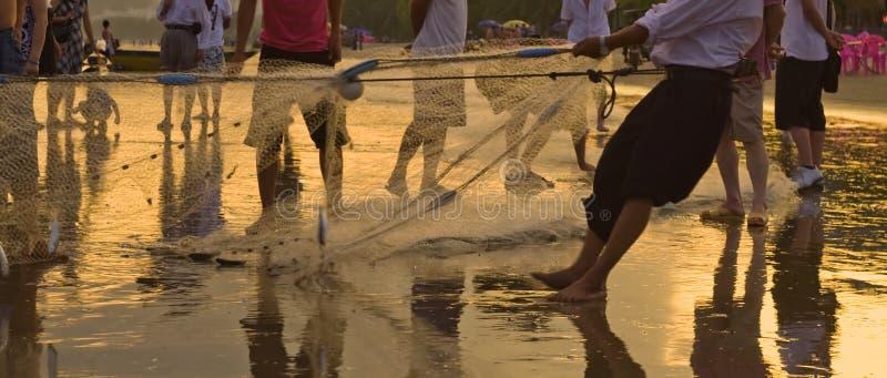 Łowić z grupą Hainan fishers zbiera sieć obrazy royalty free