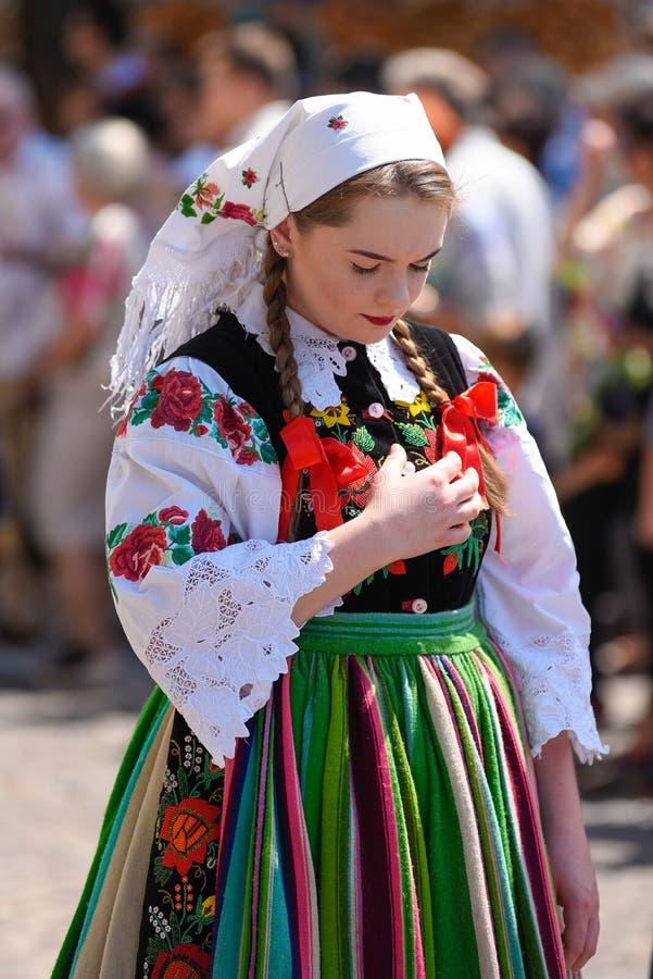 Łowicki, Polska, Maju/- 31 2018: Corpus Christi kościelny wakacyjny korowód Lokalne kobiety ubierali w ludzie, dzielnicowi kostiu fotografia royalty free