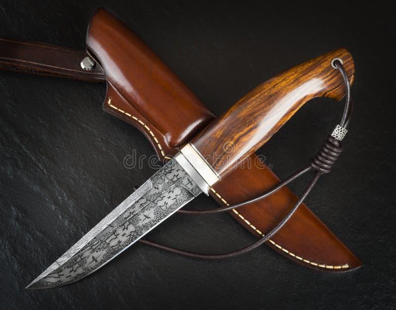 Łowiecki nóż od Damaszek mozaiki Rzemienny Sheath Handmade zdjęcia stock
