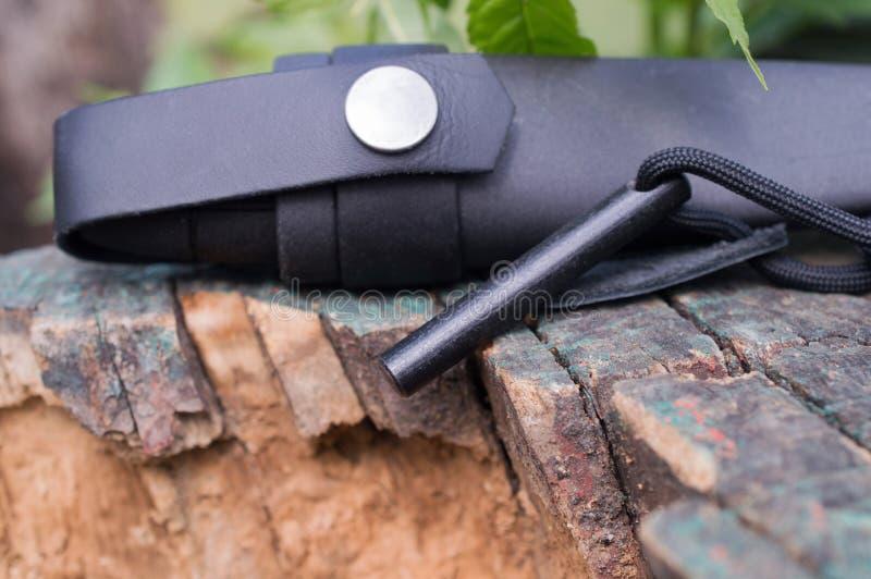 Łowiecki nóż w skrzynce z krzemieniem i kłama na fiszorku zdjęcie royalty free