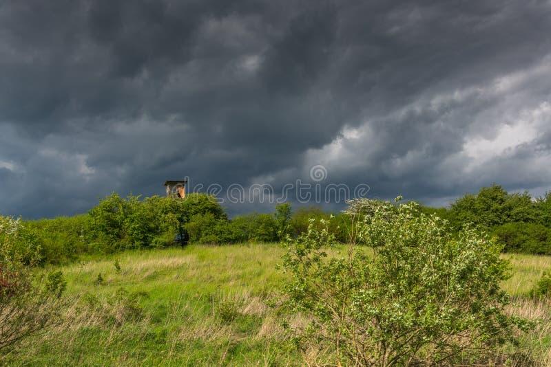 Łowiecki wierza - burza przychodzi fotografia stock