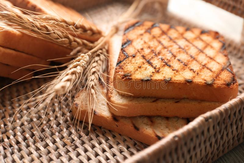 Łozinowa taca z wznoszącym toast chlebem, zbliżenie zdjęcie stock