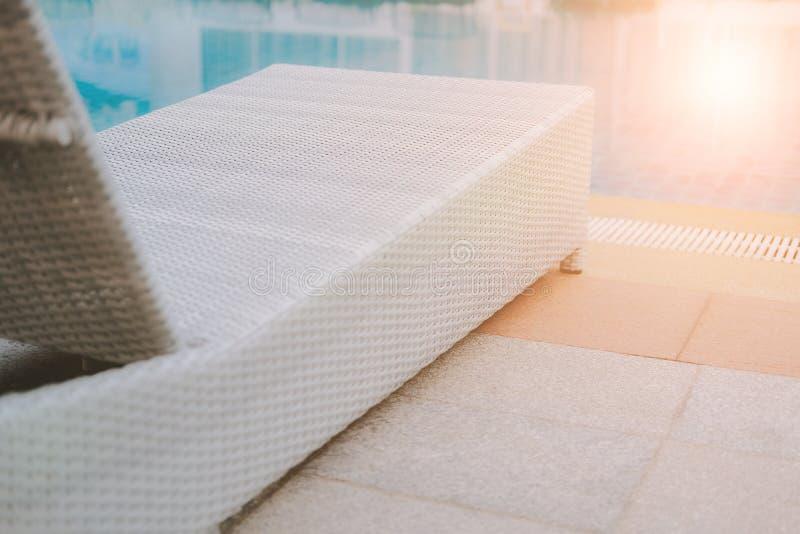 Łozinowego rattan basenu słońca łóżkowy deckchair przy basenem obrazy royalty free