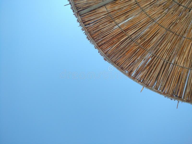 Łozinowi plażowi parasole pod niebieskim niebem, Halkidiki Grecja fotografia royalty free